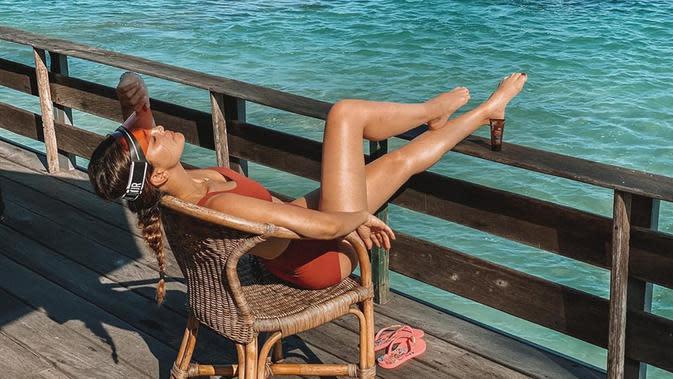 Meskipun lahir dan besar di Bali, namun Luna Maya nampak tak pernah bosan untuk menghabiskan waktunya di Pulau Dewata. Ia nampak sangat santai dan menikmati liburannya. (Liputan6.com/IG/lunamaya)