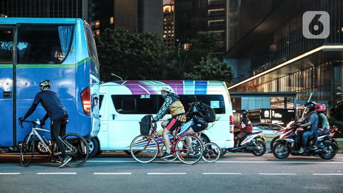 Pesepeda melintas di dekat kendaraan bermotor di di Kawasan Sudirman, Jakarta, Kamis (24/9/2020). Pemprov DKI kembali memperpanjang Pembatasan Sosial Berskala Besar (PSBB) selama 14 hari ke depan hingga 11 Oktober untuk menekan laju penyebaran kasus covid-19. (Liputan6.com/Faizal Fanani)