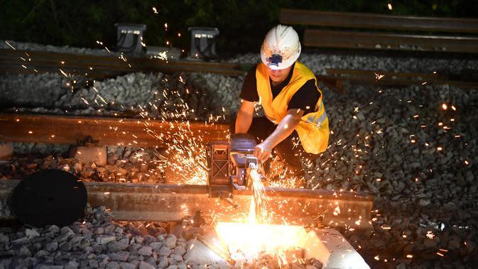 Seorang pekerja jalur kereta bekerja di lokasi konstruksi kereta cepat Hefei-Anqing, Provinsi Anhui, China, 25 Agustus 2020. Kereta cepat tersebut menghubungkan Kota Hefei dan Anqing. (Xinhua/Liu Junxi)