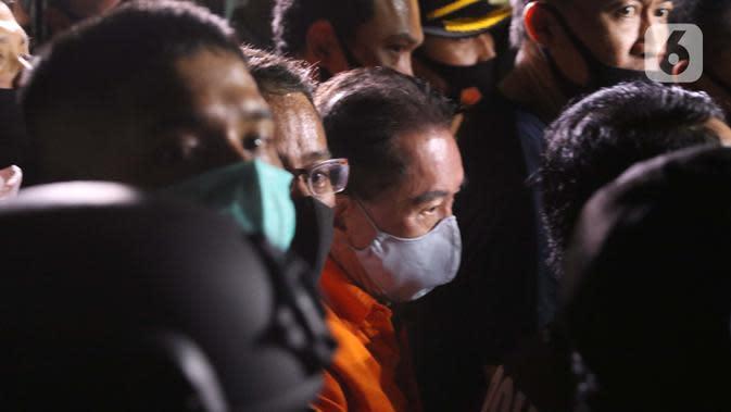 Terpidana pengalihan hak tagih atau cessie Bank Bali, Djoko Sugiarto Tjandra usai tiba di Bandara Halim Perdanakusuma Jakarta, Kamis (30/7/2020). Djoko Tjandra tiba sekitar pukul 22.30 WIB dan langsung dibawa ke Bareskrim Mabes Polri. (Liputan6.com/Helmi Fithriansyah)