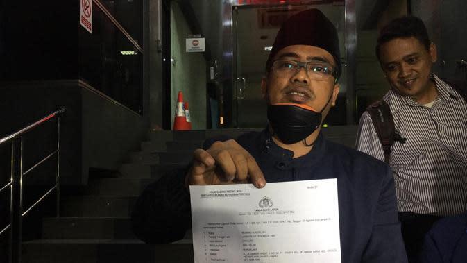 Ketua Umum Cyber Indonesia, Muannas Alaidid, di Polda Metro Jaya, Senin (3/8/2020) malam, untuk melaporkan Anji dan Hadi Pranoto. (Merdeka/Ronald)