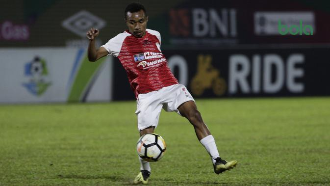 Gelandang Persipura Jayapura, Todd Rivaldo, mengontrol bola saat melawan Bhayangkara FC pada laga Liga 1 di Stadion PTIK, Jakarta, Senin (18/11). Bhayangkara menang 2-0 atas Persipura. (Bola.com/Vitalis Yogi Trisna)