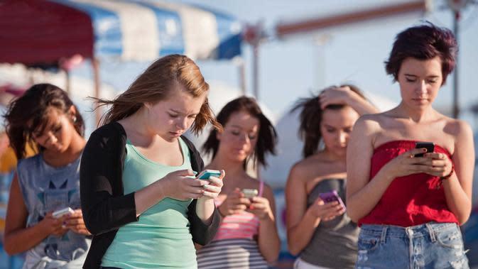 Periksa ponsel hanya untuk melihat apakah pesanan barangmu sudah dikirim | via: businessinsider.com