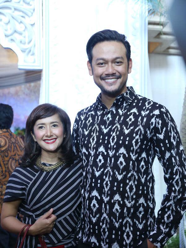 Tampak serasi, pasangan Dwi Sasono dan Widi Mulia turut menghadiri resepsi pernikahan aktor yang juga tergabung dalam grup band Garasi tersebut. Fedi Nuril dikabarkan mengundang 750 tamu undangan. (Nurwahyunan/Bintang.com)