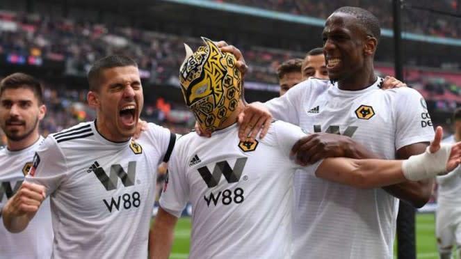 Pemain Wolverhampton Wanderers rayakan gol Raul Jimenez.