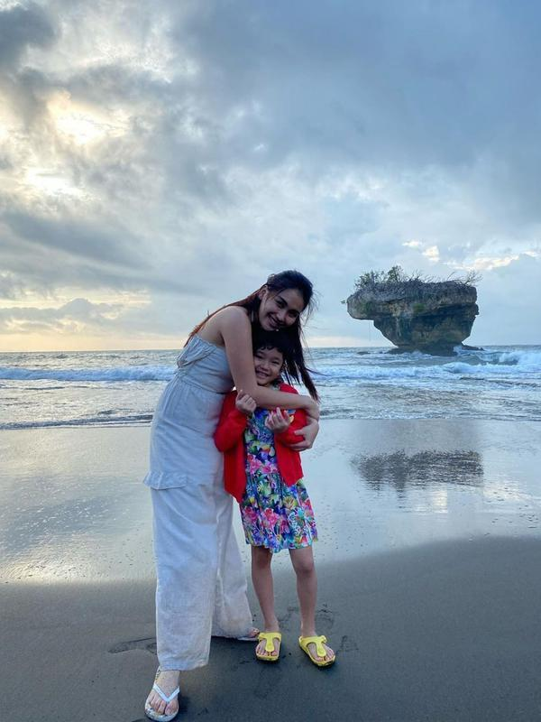 Potret Liburan Ayu Ting Ting ke Pantai Pangandaran. (Sumber: Instagram/ayutingting92)