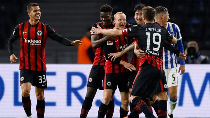 Pemain Eintracht Frankfurt merayakan gol yang dicetak Sebastian Rode ke gawang Hertha Berlin pada laga lanjutan Liga Jerman di Olympiastadion, Sabtu (26/9/2020) dini hari WIB. Frankfurt menang 3-1 atas Hertha Berlin. (AFP/Odd Andersen)