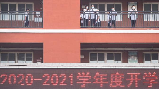 Para siswa terlihat di SMA Wuhan di Wuhan, ibu kota Provinsi Hubei, China, 1 September 2020. Total 2.842 taman kanak-kanak, sekolah dasar dan sekolah menengah di Wuhan, kota besar yang pernah dilanda parah covid-19, telah dibuka kembali untuk menyambut sekitar 1,4 juta siswa. (Xinhua/Xiao Yijiu)