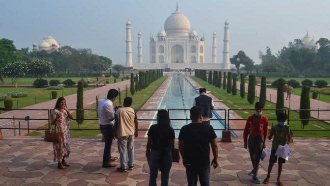 Wisatawan mengunjungi Taj Mahal, setelah ditutup selama lebih dari enam bulan, di Agra, India pada Senin (21/9/2020). Taj Mahal kembali dibuka untuk umum hari ini, Senin (21/9), saat negara dengan 1,3 miliar orang itu telah mencatat lebih dari 5,4 juta kasus Covid-19. (AP Photo/Pawan Sharma)