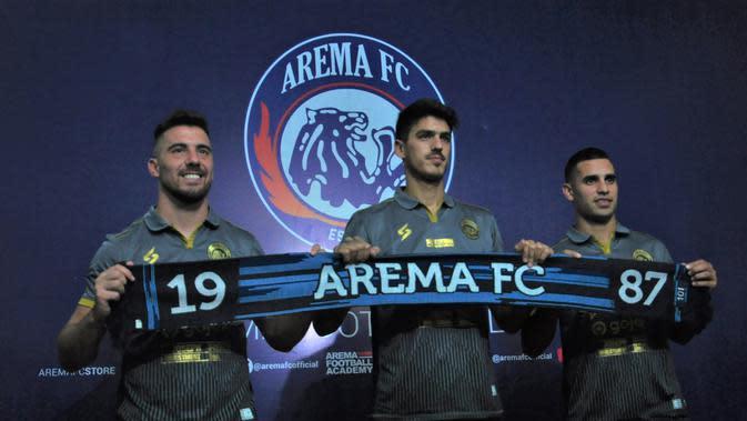 Tiga pemain asing baru Arema FC, Jonathan Bauman, Elias Alderete, Matias Malvino, resmi diperkenalkan untuk memperkuat Singo Edan pada musim 2020. (Bola.com/Iwan Setiawan)