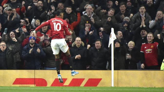 Penyerang Manchester United, Marcus Rashford berselebrasi usai mencetak gol keduanya ke gawang Tottenham Hotspur pada pertandingan lanjutan Liga Inggris di Old Trafford, Rabu (4/12/2019). MU menang tipis atas Tottenham 2-1. (AP Photo/Rui Vieira)