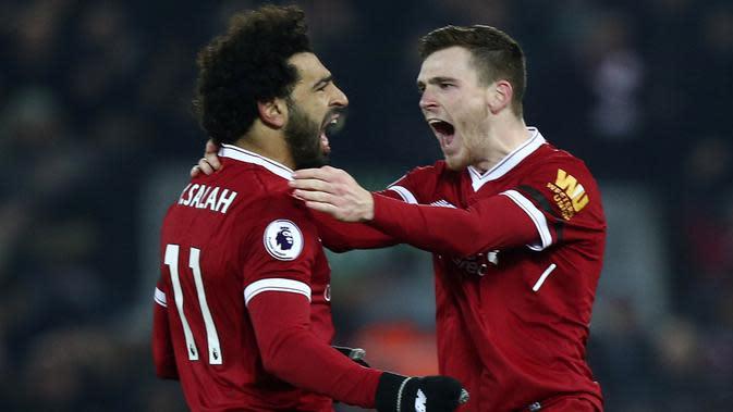 Bek Liverpool, Andrew Robertson, merayakan gol yang dicetak Mohamed Salah ke gawang Manchester City pada laga Premier League di Stadion Anfield, Minggu (14/1/2018). Liverpool menang 4-3 atas Manchester City. (AP/Dave Thompson)