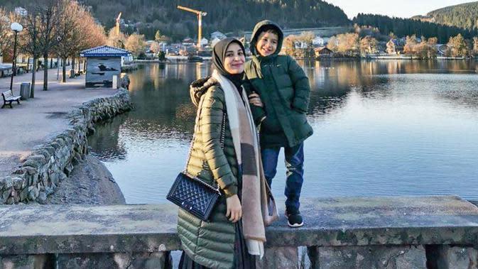 Ia dan sang putra juga terlihat kompak menggunakan coat berwarna hijau. Bahkan, Shireen menambahkan syal berwarna cokelat untuk menghangatkan tubuh. (Liputan6.com/IG/@shireensungkar)