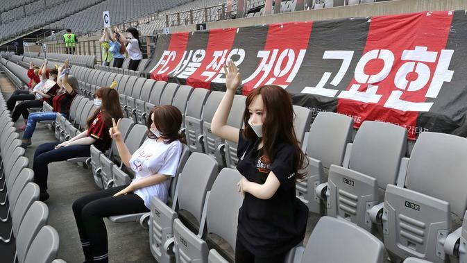 Sejumlah boneka menghiasi tribun penonton saat pertandingan FC Seoul Kontra Gwangju FC di Seoul World Cup Minggu (17/5/2020). FC Seoul menempatkan boneka untuk menghidupkan atmosfer pertandingan. (AP/Ryu Young-suk)