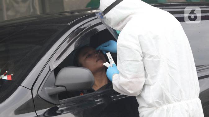 Tenaga kesehatan menggunakan alat pelindung diri (APD) melakukan tes swab di GSI Lab (Genomik Solidaritas Indonesia Laboratorium), Jakarta, Sabtu (3/10/2020). Pemerintah telah menyepakati batas maksimal harga tes usap atau swab mandiri sebesar Rp900 ribu. (Liputan6.com/Herman Zakharia)