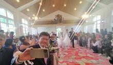 為雲端上的婚禮證婚 林佳龍趁新人進場時大玩自拍
