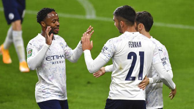 Pemain Manchester City, Ferran Torres (kanan), berselebrasi bersama Raheem Sterling pada babak keempat Carabao Cup di Turf Moor, Kamis (1/10/2020) dini hari WIB. (Paul Ellis/Pool via AP)