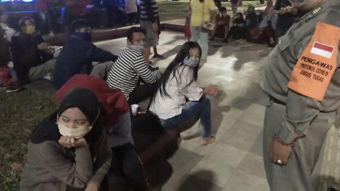 Petugas Satpol PP menegur warga yang tidak mengenakan masker di Alun-alun PurbaIingga, beberapa waktu yang lalu. (Foto: Liputan6.com/Istimewa/Rudal Afgani)