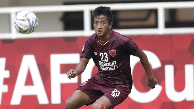 Gelandang PSM Makassar, Bayu Gatra, berusaha mengontrol bola saat melawan Lao Toyota FC pada laga Piala AFC 2019 di Stadion Pakansari, Bogor, Rabu (13/3). PSM menang 7-3 atas Lao. (Bola.com/M. Iqbal Ichsan)