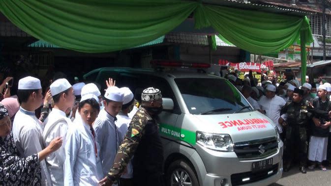 KH Basori Alwi, Pengasuh PIQ, Singasari, Malang wafat. Ribuan santri dan masyarakat pun datang takziah