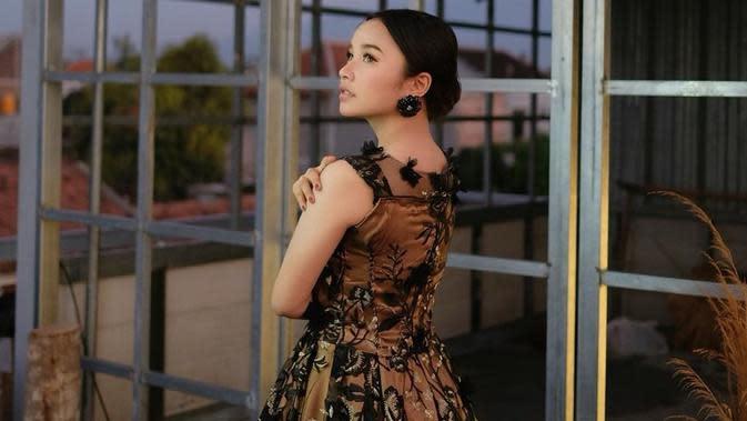 Tasya Rosmala memang kerap menggunakan gaun baik itu saat manggung atau membuat video klip. Dengan gaun ia tampak anggun dan menarik perhatian. (Liputan6.com/IG/@tasya_ratu_gopo)