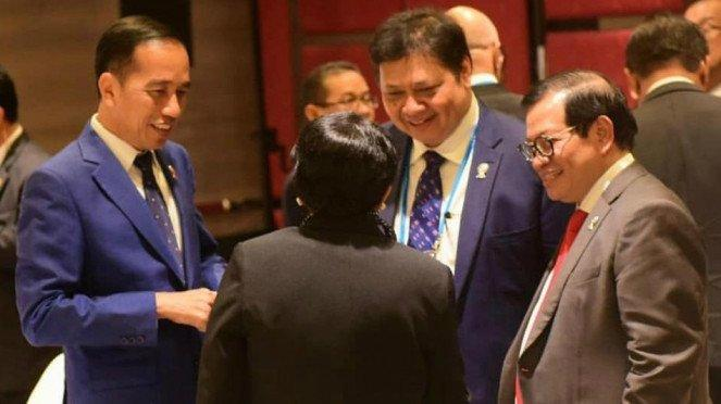 Presiden Jokowi dan Menko Perekonomian Airlangga Hartarto dalam KTT Asean