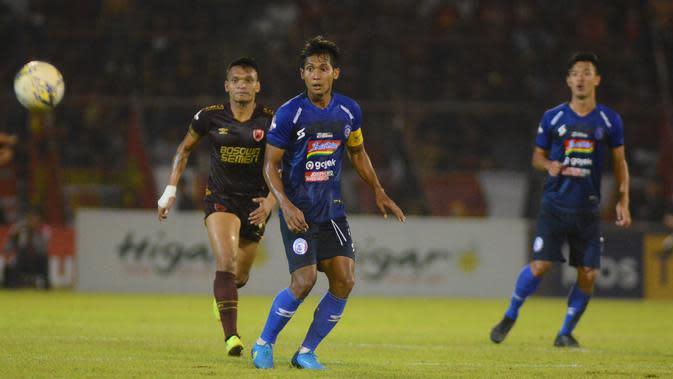 Gelandang Arema, Hendro Siswanto, saat menghadapi PSM Makassar di Stadion Andi Mattalatta, Mattoangin, Makassar, Rabu (16/10/2019). Arema kalah telak 2-6 dari PSM dalam laga tersebut. (Bola.com/Iwan Setiawan)