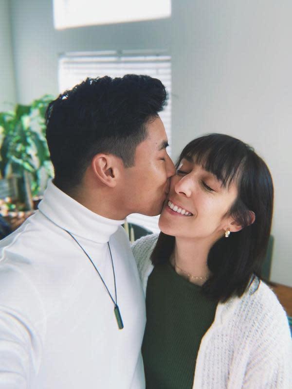 Yoshi Sudarso aktor hits di Amerika kelahiran Jakarta menikahi Sarah Louise Garcia. 19 Juli 2020 kemarin, usia pasangan beda negara itu masuk lima tahun. Kini, pasangan ini tengah menanti kelahiran anak pertamanya. (Sumber: Instgaram/yoshi_sudarso)