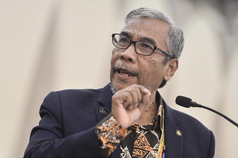 """Amanah secretary-general Datuk Hatta Ramli accused the MACC of using """"excessive"""" force when carrying out Azhar's arrest and subsequent raids on the party headquarters at Wisma Amanah Negara in Kuala Lumpur earlier today. — Picture by Miera Zulyana"""