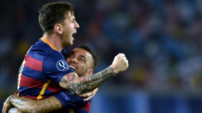 6. Dani Alves (349 laga) - Pemain asal Brasil ini sering kali menggendong Lionel Messi dalam merayakan selebrasi gol atau kemenangan. Selama berkarier di Barcelona, Alves tercatat 349 kali bermain bersama Lionel Messi. (AFP/Kirill Kudryavtsev)