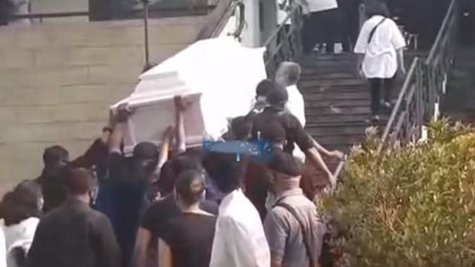 Pemakaman Glenn Fredly. (Sumber: YouTube/beepdo)