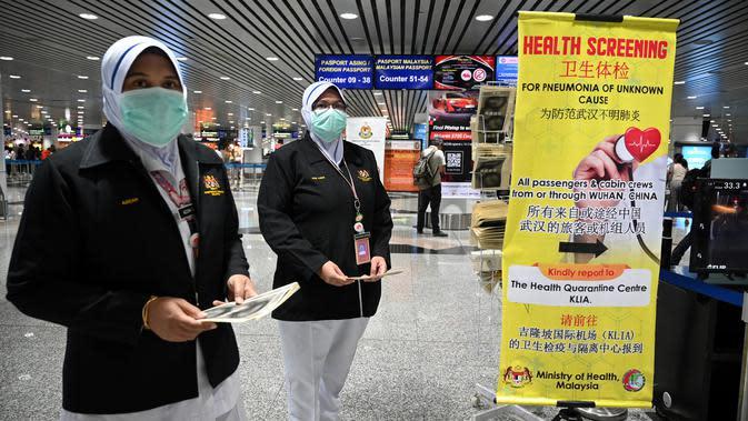Petugas kesehatan Malaysia dikerahkan untuk kesiagaan terhadap penyebaran coronavirus di Bandara Internasional Kuala Lumpur pada Selasa (21/1/2020). Malaysia meningkatkan kesiagaan terhadap penyebaran virus corona misterius mirip pneumonia di semua titik masuk internasional. (MOHD RASFAN/AFP)