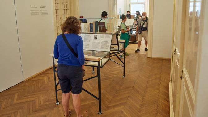 Orang-orang mengunjungi Museum Sigmund Freud setelah dibuka kembali di Wina, Austria, pada 29 Agustus 2020. Museum Sigmund Freud di Wina dibuka kembali untuk para pengunjung pada Sabtu (29/8) setelah menjalani proses renovasi dan rekonstruksi selama 18 bulan. (Xinhua/Georges Schneider)
