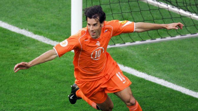 Ruud van Nistelrooy. Striker Belanda ini mencetak 6 gol dalam 8 partai di Piala Eropa 2004 dan 2008. (AFP/Mladen Antonov)