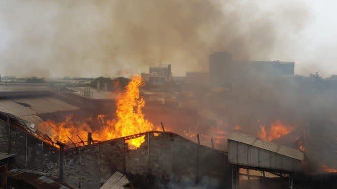 Pabrik mebel terbakar hebat di Cakung, Jakarta Timur