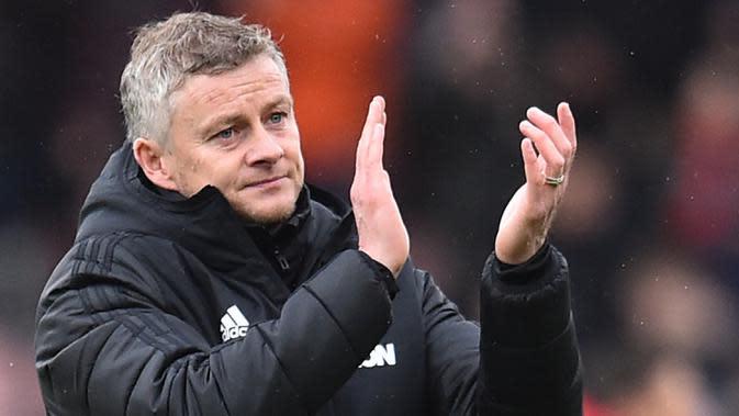 Pelatih Manchester United, Ole Gunnar Solskjaer, menyapa suporter usai dikalahkan Bournemouth pada laga Premier League di Stadion Vitality, Bournemouth, Sabtu (2/10). Bournemouth menang 1-0 atas MU. (AFP/Glyn Kirk)