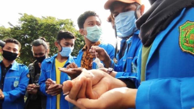 Penyidikan Video Wall Dihentikan, Mahasiswa Hadiahkan Tikus Putih ke Kejati Riau