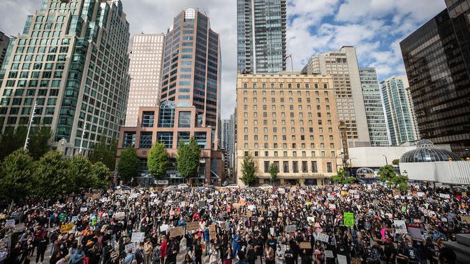 Ribuan orang berkumpul untuk demonstrasi damai dalam mendukung George Floyd dan Regis Korchinski-Paquet dan protes terhadap rasisme, ketidakadilan dan kebrutalan polisi, di Vancouver (31/5/2020). (Darryl Dyck / The Canadian Press via AP)