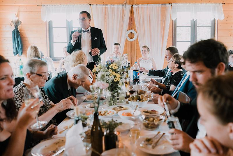 The guests eating together. [Photo: Bureniusz]