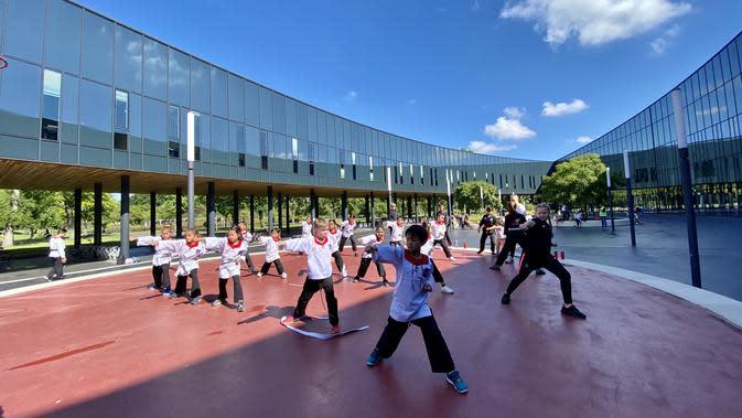 Berlatih di lapangan terbuka justru membuat Merpati Putih Nederland menarik perhatian warga sekitar. Bahkan tidak sedikit yang mendaftarkan diri dengan mengikuti