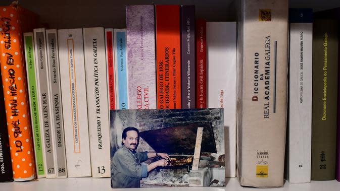 Gambar Oscar Farias, yang meninggal karena COVID-19 pada 27 April, terlihat di rumah putranya di Buenos Aires, Argentina, 30 Juni 2020. Hingga 25 September 2020, kematian global akibat COVID-19 hampir mencapai satu juta, sepertiganya terjadi di Amerika Latin. (RONALDO SCHEMIDT/AFP)