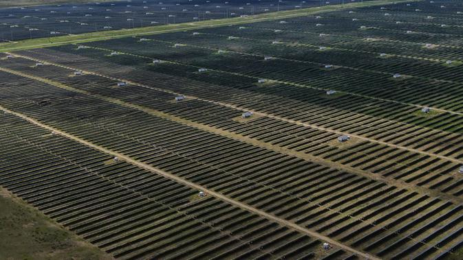 Foto udara menunjukkan pembangkit listrik tenaga surya di kawasan pengembangan industri hijau di Provinsi Qinghai, China (17/8/2020). Pembangkit listrik tenaga surya tersebut tidak hanya menghasilkan listrik tetapi juga membantu meningkatkan pendapatan warga miskin. (Xinhua/Zhang Long)