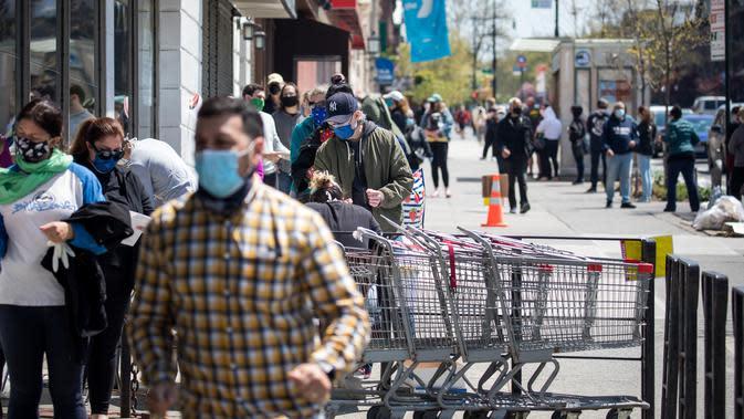 Warga mengantre di pusat pengujian antibodi COVID-19 Departemen Kesehatan Negara Bagian New York di Brooklyn, New York, AS (25/4/2020). AS melaporkan jumlah kematian tertinggi sebanyak 52.782 saat total kasus COVID-19 di negara tersebut mencapai 924.576. (Xinhua/Michael Nagle)