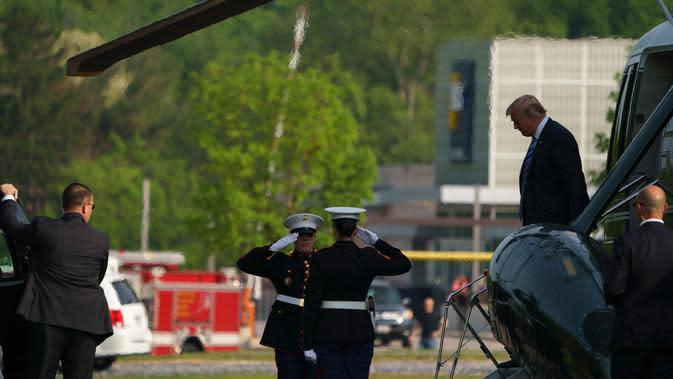 (Ilustrasi) Presiden AS, Donald Trump turun dari helikopter Marine One setibanya di Pusat Medis Militer Nasional Walter Reed, Maryland, Senin (14/5/2019). Melania Trump, istri Donald Trump, menjalani operasi untuk menyembuhkan kondisi ginjalnya. (AP/Carolyn Kaster)