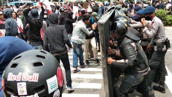 Jurnalis CNN Indonesia Dianiaya Aparat Saat Liput Demo Simpang Harmoni
