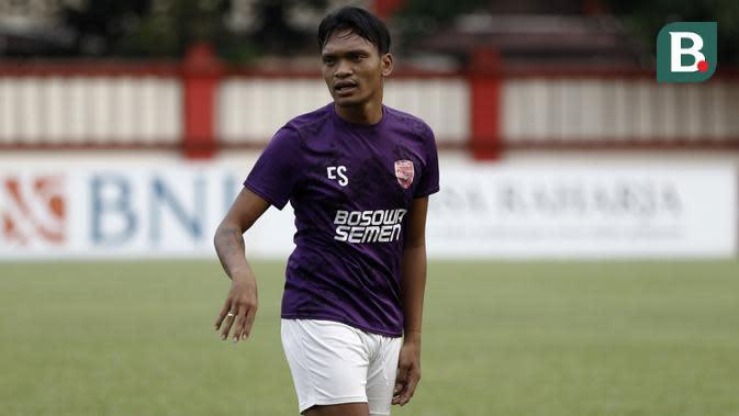 Pemain PSM Makassar, Ferdinand Sinaga, saat latihan di Stadion PTIK, Jakarta, Minggu (2/12). Latihan ini persiapan jelang laga Liga 1 melawan Bhayangkara FC. (Bola.com/Yoppy Renato)