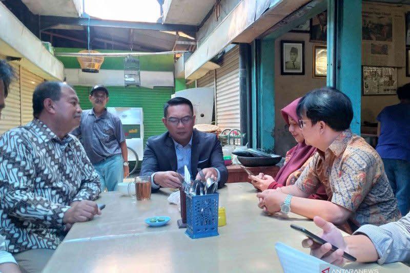 Gubernur Ridwan Kamil pilih makan siang di pasar tradisional
