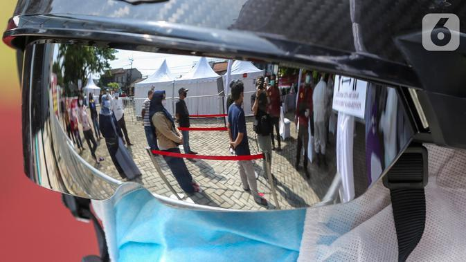 Warga antre untuk mengikuti rapid test massal di Kantor Kelurahan Pondok Betung, Tangerang Selatan, Kamis (14/5/2020). Rapid test massal Covid-19 yang diselenggarakan Badan Intelijen Negara (BIN) untuk memastikan positif atau tidaknya warga terjangkit Covid-19. (Liputan6.com/Fery Pradolo)