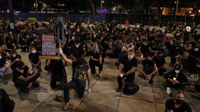 Demonstran berlutut saat memprotes kematian George Floyd di luar Kedutaan Besar AS di Mexico City, Meksiko, Kamis (4/6/2020). Kematian pria kulit hitam George Floyd saat ditangkap oleh polisi Amerika Serikat memicu kemarahan di sejumlah negara. (AP Photo/Rebecca Blackwell)