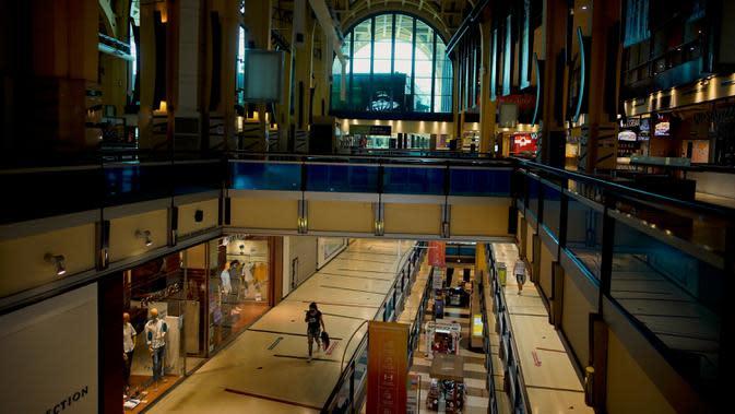 Beberapa orang berbelanja di Abasto Shopping Mall di Buenos Aires, Argentina, Rabu (14/10/2020). Setelah tujuh bulan ditutup, pusat perbelanjaan Buenos Aires dibuka kembali saat lonjakan kasus COVID-19 terjadi di pusat-pusat berpenduduk besar di pedalaman negara itu. (AP Photo/Victor R. Caivano)